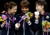 表彰台で銀メダルを手に笑顔を見せる福原、平野、石川の3選手